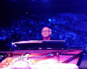 ludo achter piano