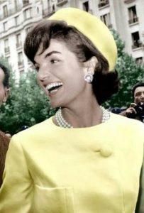 gele-jurk-met-parels-jackie-kennedy